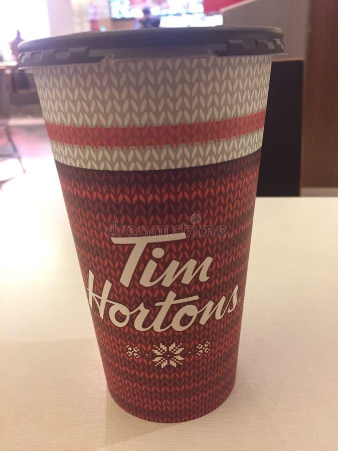 Foto editorial de um copo de Tim Hortons Tim Horton está no centro de uma controvérsia do salário mínimo em Ontário imagem de stock royalty free