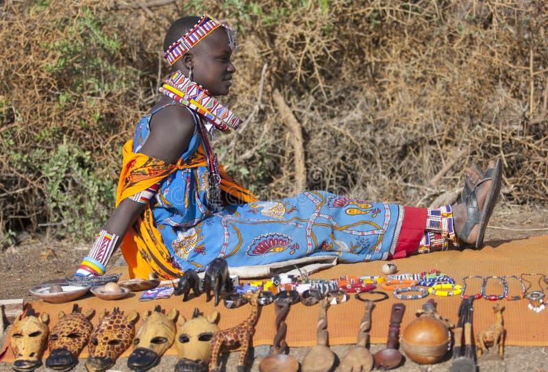 Foto editoriale di bella giovane donna della tribù Maasai in costume nazionale che vende i ricordi, Amboselli gennaio 2009 immagine stock libera da diritti