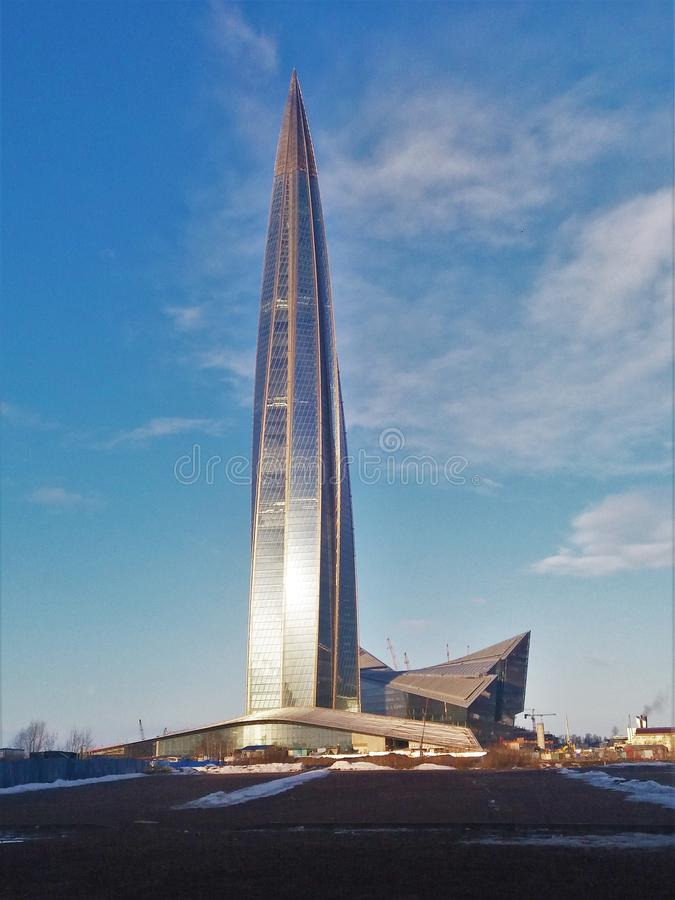 Foto - een modern high-rise gebouw in St. Petersburg De noordelijke zomer Straten van moderne steden Wolkenkrabber Architectuur t stock foto