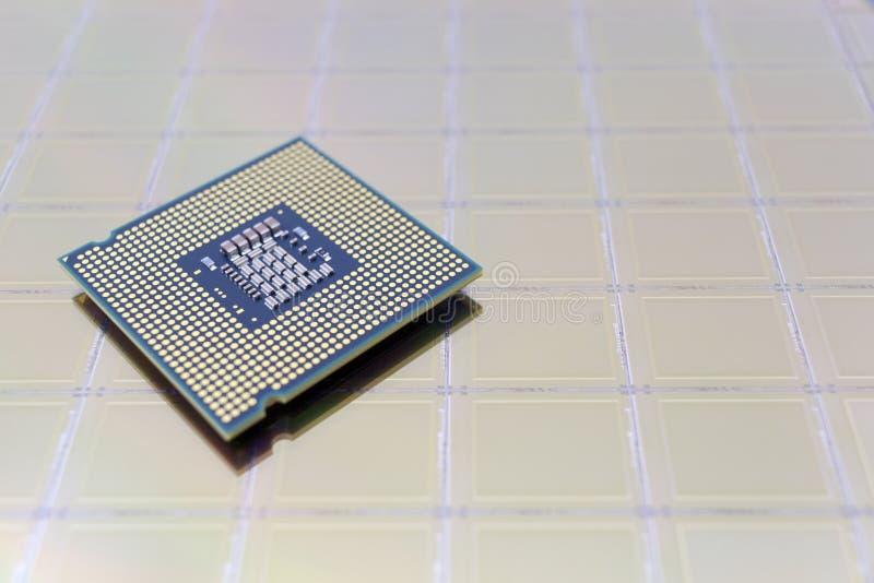 Foto einer Computer-Chip CPU gesetzt auf Siliziumscheibe mit Mikrochip stockbilder