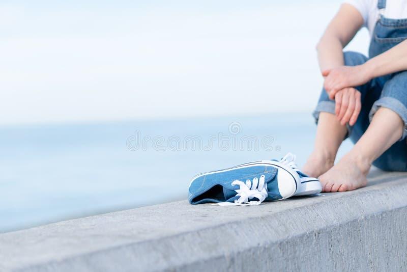 Foto einer erwachsenen Frau, welche die Sonne auf der Seek?ste genie?t stockfoto