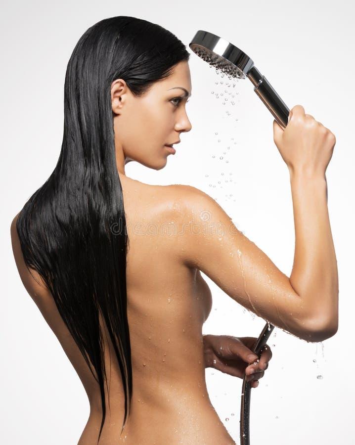 Foto einer Frau in der Dusche, die langes Haar wäscht lizenzfreies stockfoto