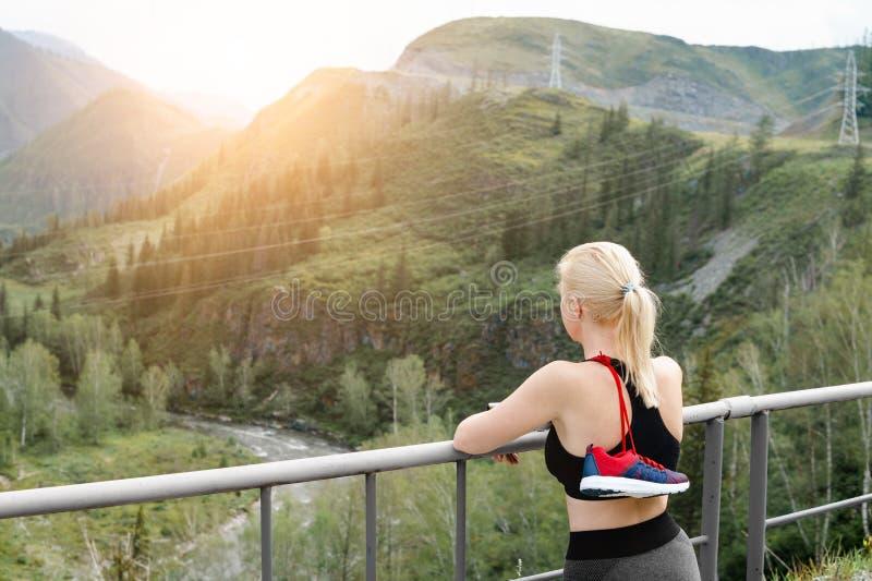 Foto einer Frau mit einem Sportschuh über ihrer Schulter stockfoto