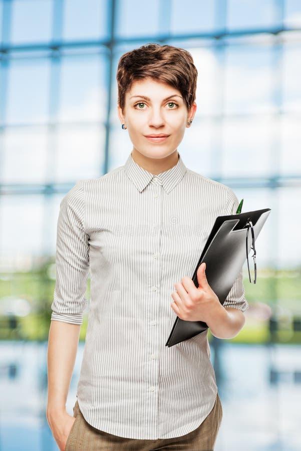 Foto einer jungen dünnen Geschäftsfrau im Büro stockfoto