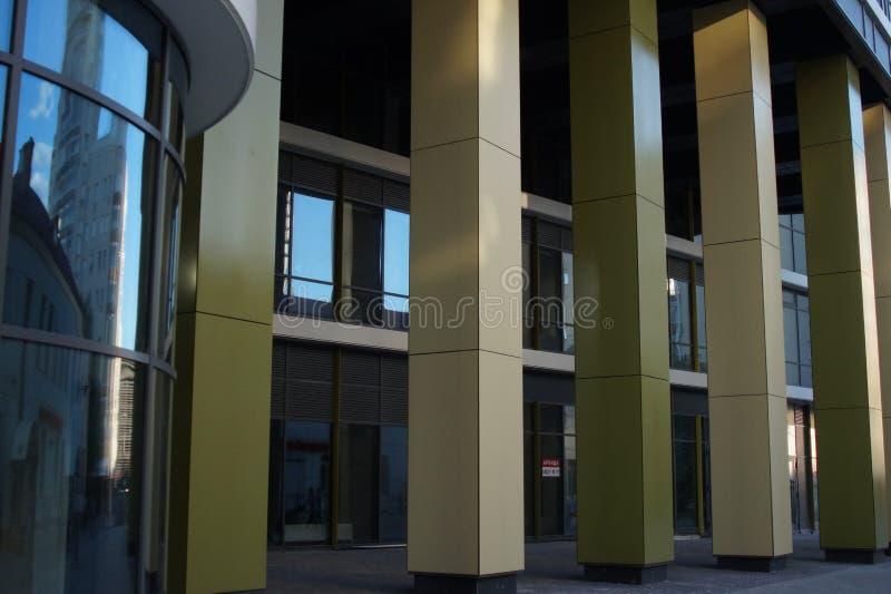 Foto eines Fragments des Geb?udes Ekaterinburg, Russland, Khokhryakova-Stra?e 63 im Mai 2019 Wohnkomplex ?Dreiheit ? lizenzfreie stockfotografie