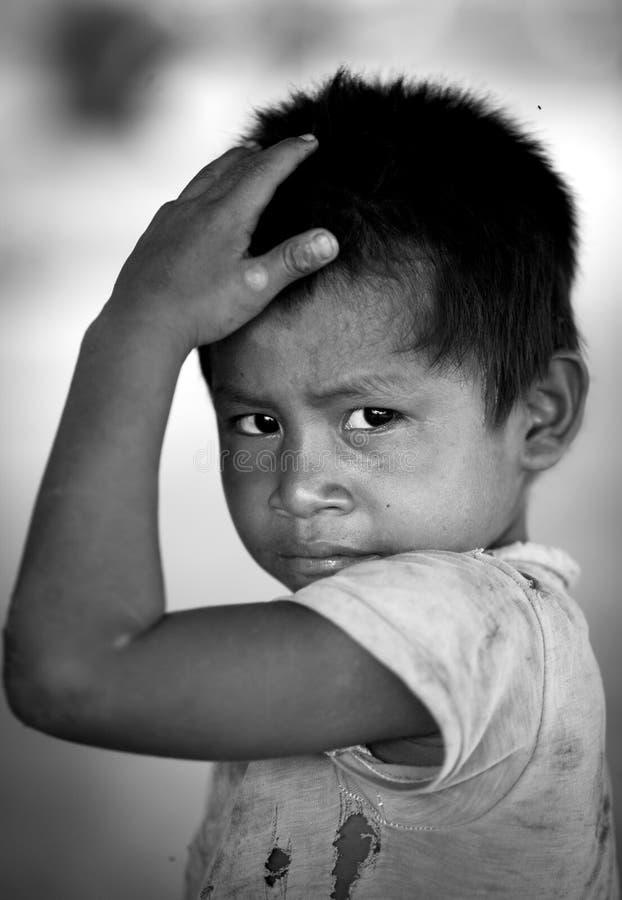 Foto eines nicht identifizierten AshÃ-¡ ninka Kindes, das seinen Kopf berührt stockbilder