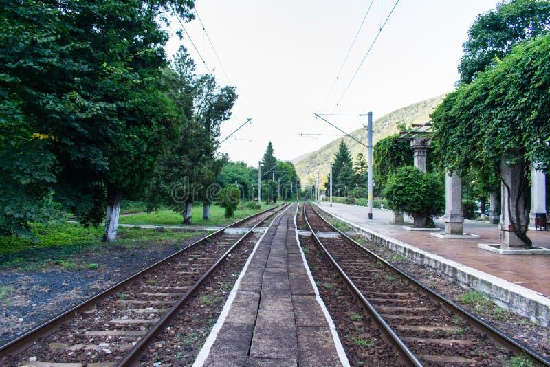 Foto eingelassen einem alten Bahnhof Parallele Gleise stockfotos