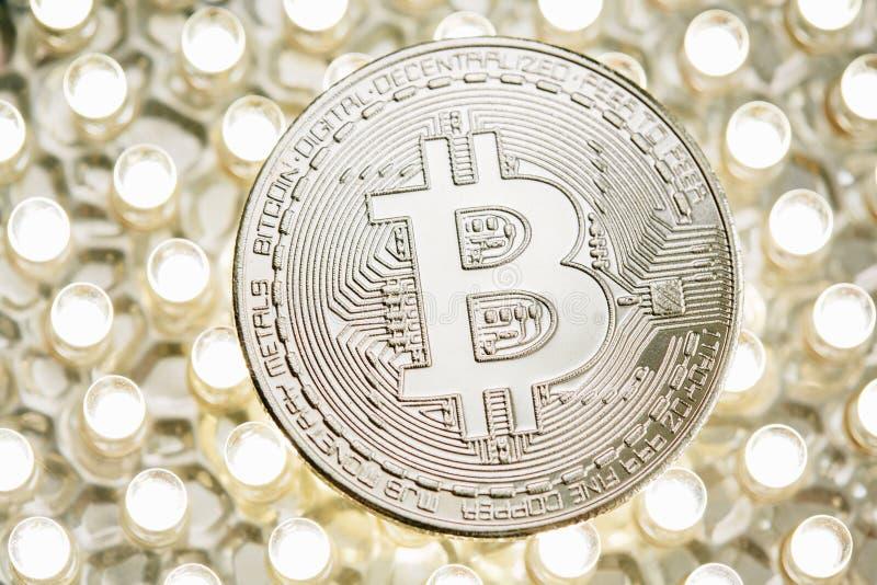 Foto elegante de la moneda de plata de Bitcoin en el panel del LED Concepto virtual del cryptocurrency imagenes de archivo