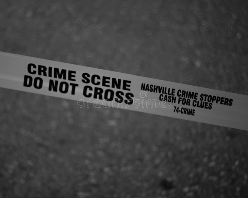 Foto em escala de cinza da cena do crime Não atravessa fita imagem de stock