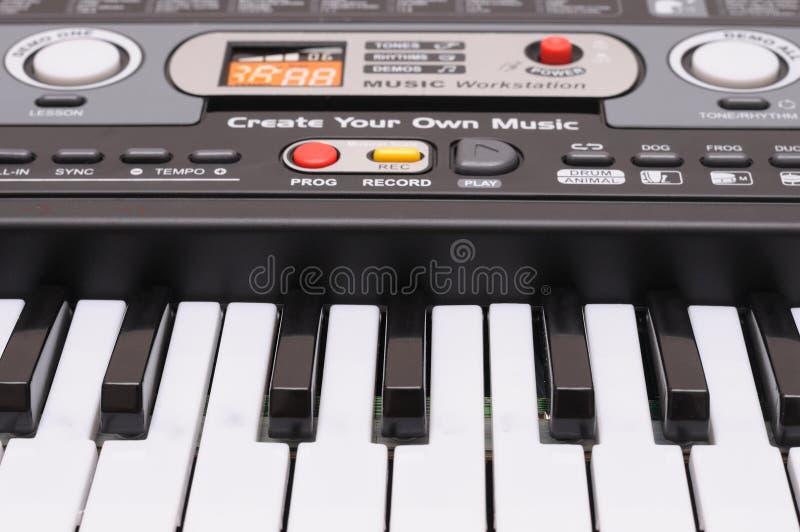 Foto em tela frontal das teclas de um piano do teclado de brinquedo com os vários controles de som foto de stock