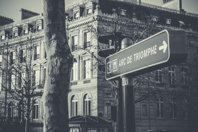 Foto em tons de cinza do sinal de rua de Triomphe, Arco Negro e Branco foto de stock royalty free