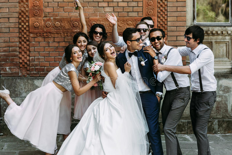 Foto emocional dos pares bonitos com os amigos fotografia de stock royalty free