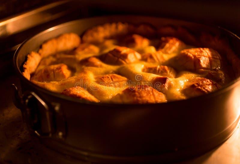 Foto entonada de cocer la empanada de manzana tradicional imagen de archivo