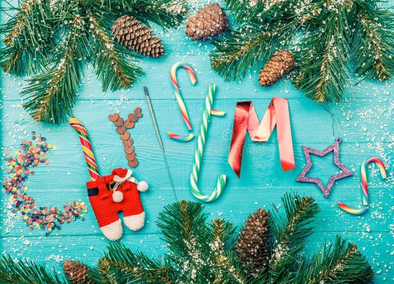 Foto entonada de la tabla azul con las ramas spruce, la Navidad de la palabra imágenes de archivo libres de regalías