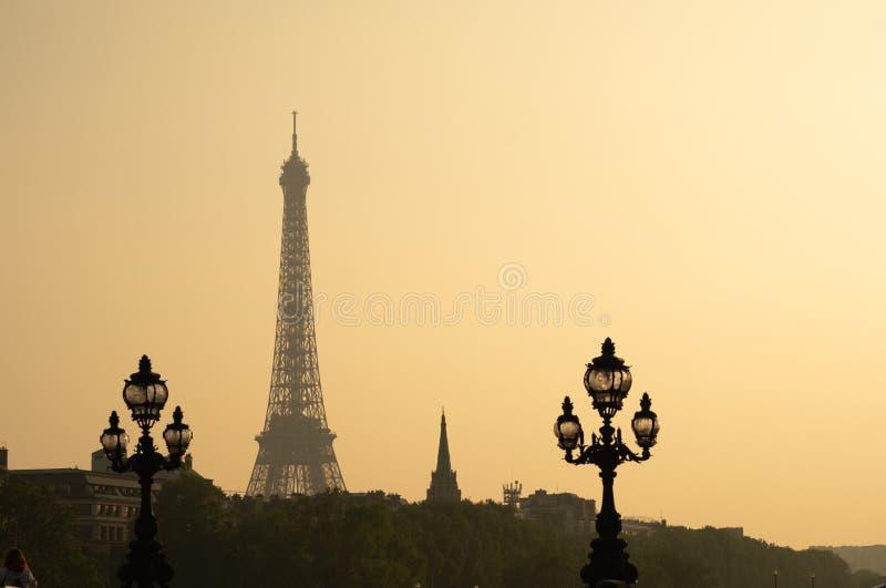 Foto estática da ponte de Alexandre III durante o pôr do sol em Paris Torre Eiffel ao fundo imagens de stock royalty free