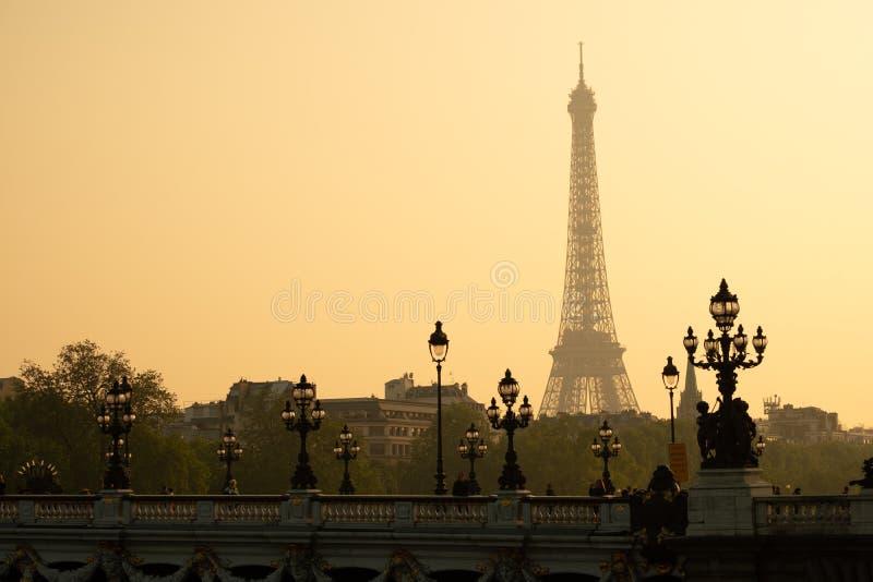 Foto estática da ponte de Alexandre III durante o pôr do sol em Paris Torre Eiffel ao fundo imagens de stock
