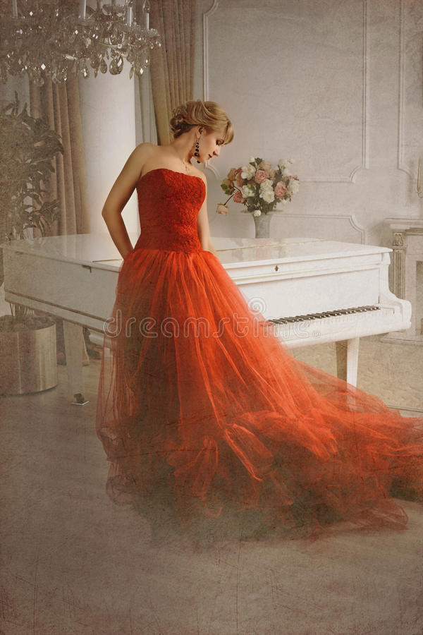 Foto estilizada como vieja imagen Mujer y piano fotografía de archivo