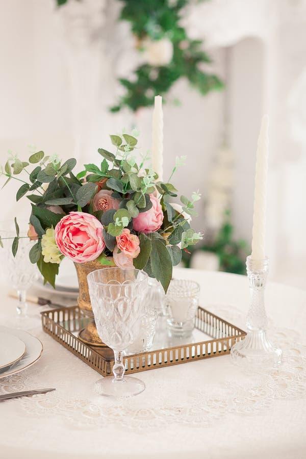 Foto estilizada retra del ajuste de la tabla de la boda en estilo rústico imágenes de archivo libres de regalías