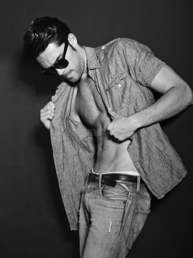 Foto estilizado do BW do vintage do modelo masculino novo fotos de stock royalty free