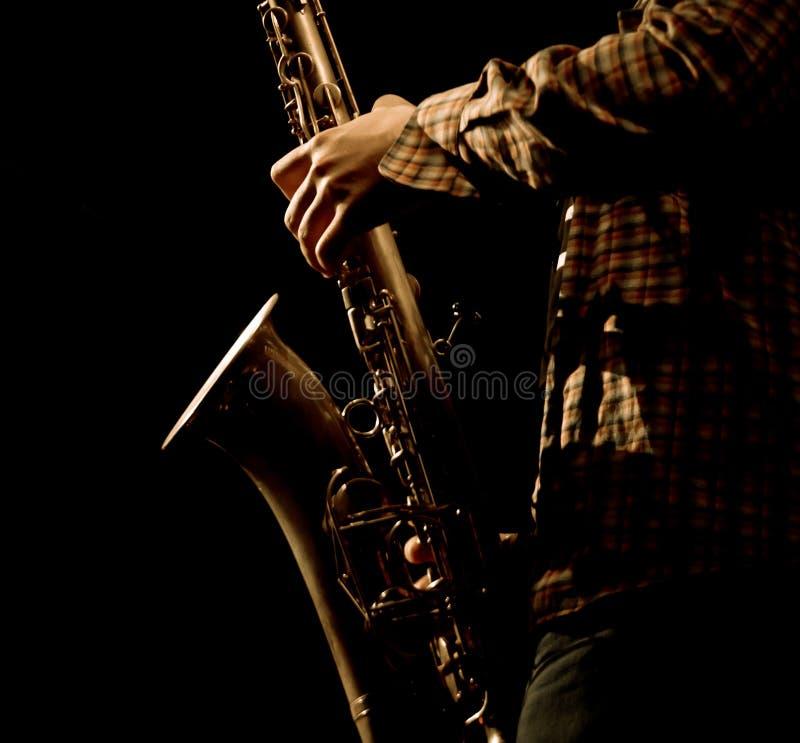 Foto estilizado dos saxophonis masculinos que jogam no saxofone imagens de stock royalty free