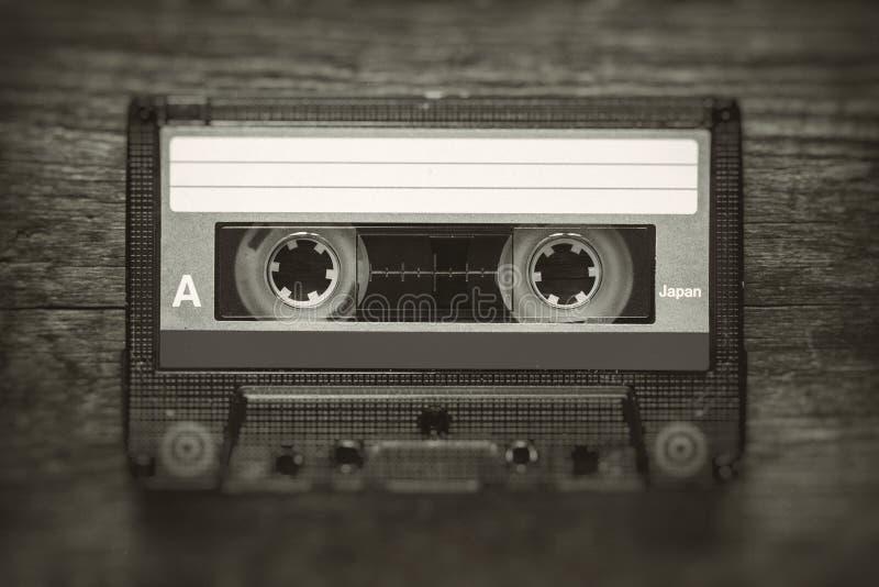 Foto estilizado retro da cassete de banda magnética do vintage com borrão e efeito do ruído foto de stock