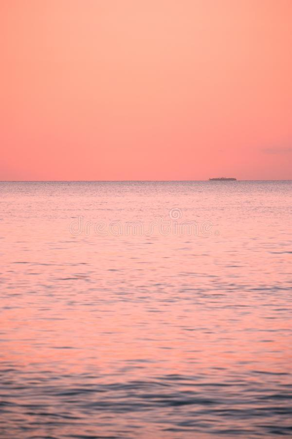 Foto estremamente rosa di piccola isola durante il tramonto nel Tonga fotografie stock