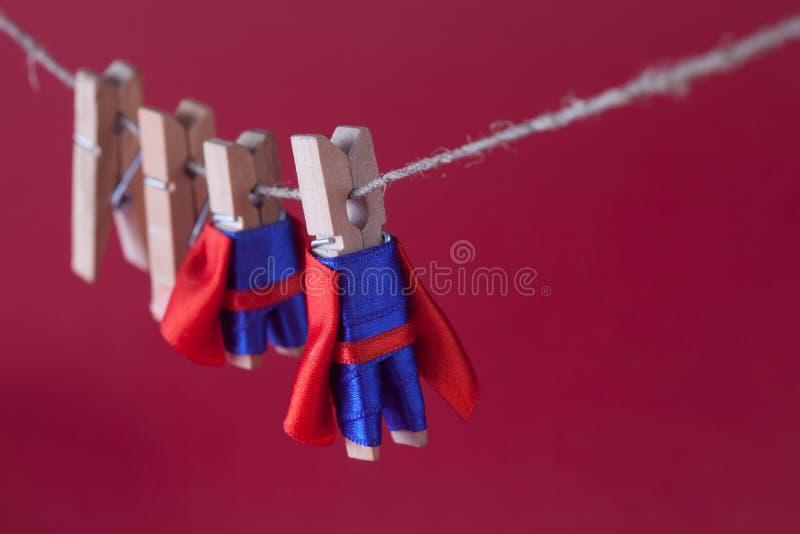 Foto estupenda del concepto de la dirección del equipo con los super héroes de la pinza en traje azul y cabo rojo Pequeños héroes imagen de archivo libre de regalías