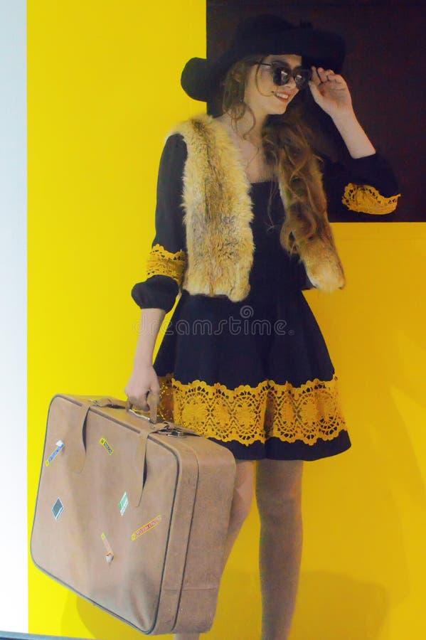 Foto Expo-2015 Het meisje van Moskou het model stellen in extravagante kostuumsvos Alice met een koffer en een hoed stock afbeelding