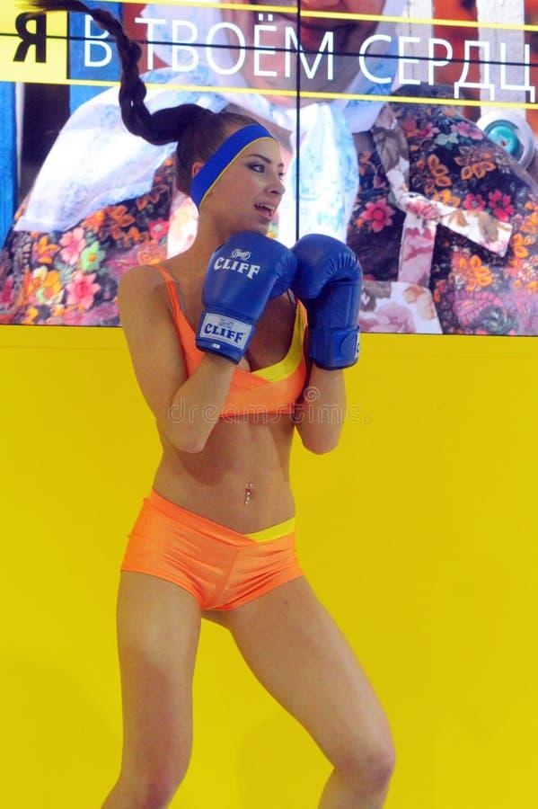 Foto Expo-2015 Het meisje van Moskou het model stellen in het gele bikini In dozen doen royalty-vrije stock afbeelding