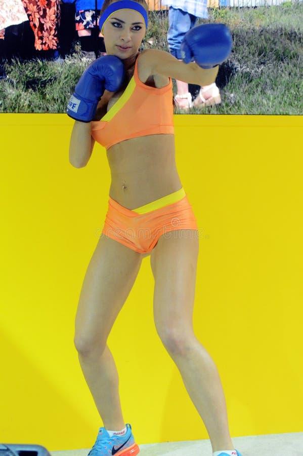 Foto Expo-2015 Het meisje van Moskou het model stellen in het gele bikini In dozen doen royalty-vrije stock foto
