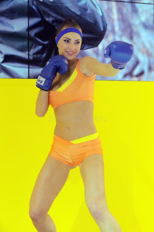 Foto Expo-2015 Levantamento modelo da menina de Moscou em um encaixotamento amarelo do biquini fotografia de stock royalty free
