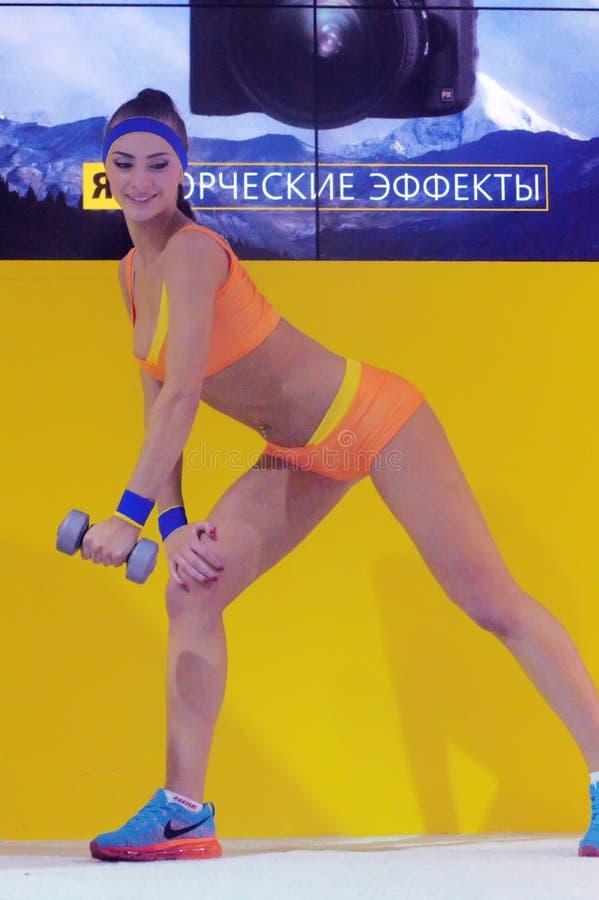 Foto Expo-2015 Levantamento modelo da menina de Moscou em um encaixotamento amarelo do biquini foto de stock royalty free
