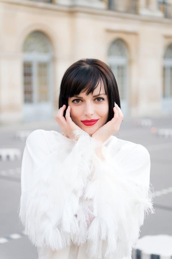 Foto exterior da mulher europeia romântica com penteado moreno que passa o tempo exterior, cidade europeia de exploração Paris, F fotos de stock