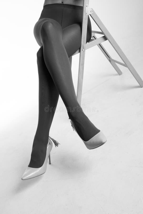 Foto fêmea atrativa do estúdio dos pés imagens de stock royalty free