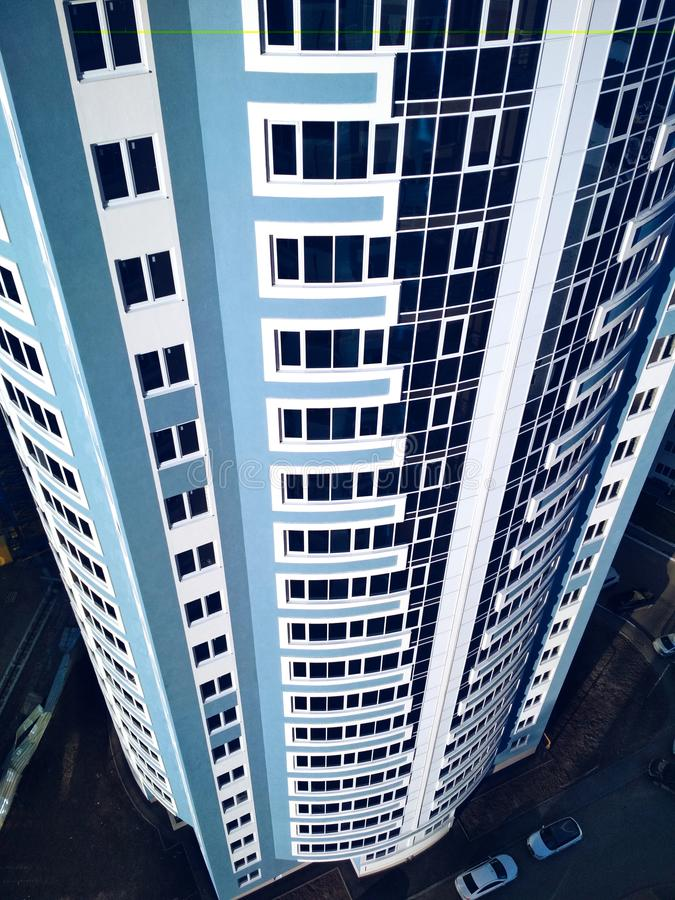 Foto för bakgrund för moderna för byggnadsarkitektur blått för glass fönster vitt royaltyfria foton