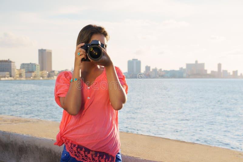 Foto för bild för kvinnafotografkamera turist- fotografering för bildbyråer