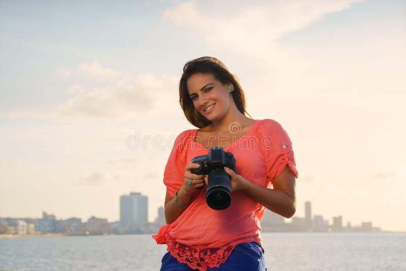 Foto för bild för kvinnafotografkamera turist- royaltyfri bild