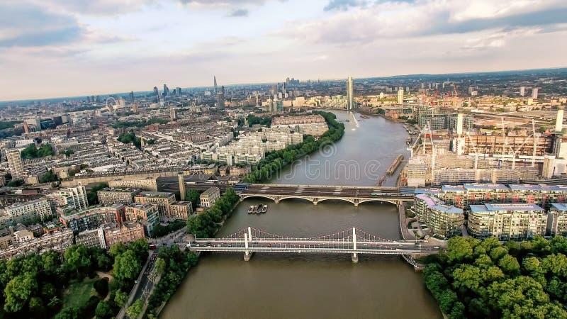 Foto för flyg- sikt ovanför Thameset River och broar i London royaltyfri bild