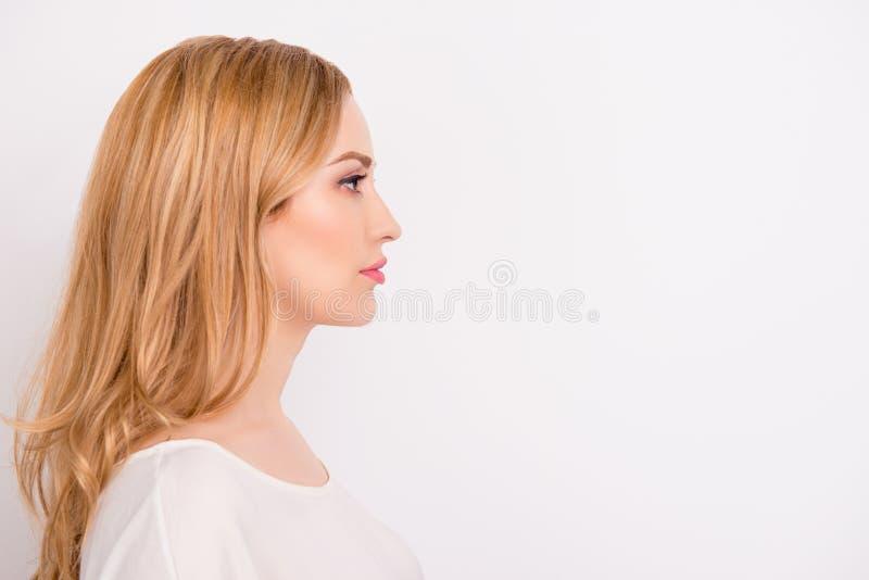 Foto för sidosikt av att charma sinnat iklätt formellt för ung kvinna arkivfoto