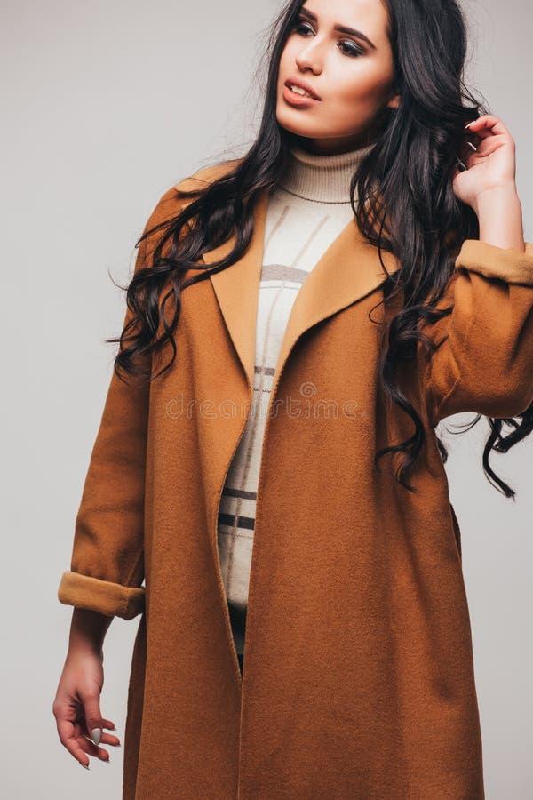 Foto för studio för skönhetståendemode av den ursnygga sinnliga kvinnan arkivfoto