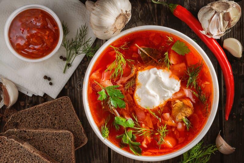 Foto für Menü, russischer Borscht mit Sahneknoblauchpfeffer und Soße, ukrainischer Borscht mit Sahne, Draufsicht lizenzfreies stockbild