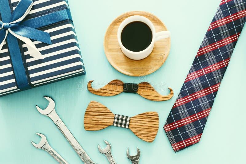 Foto f?r b?sta sikt av den g?vaasken, slipsen och koppen kaffe Begrepp f?r dag f?r fader` s arkivfoto