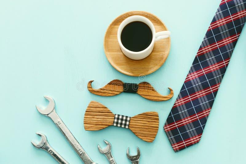 Foto f?r b?sta sikt av den g?vaasken, slipsen och koppen kaffe Begrepp f?r dag f?r fader` s royaltyfri bild