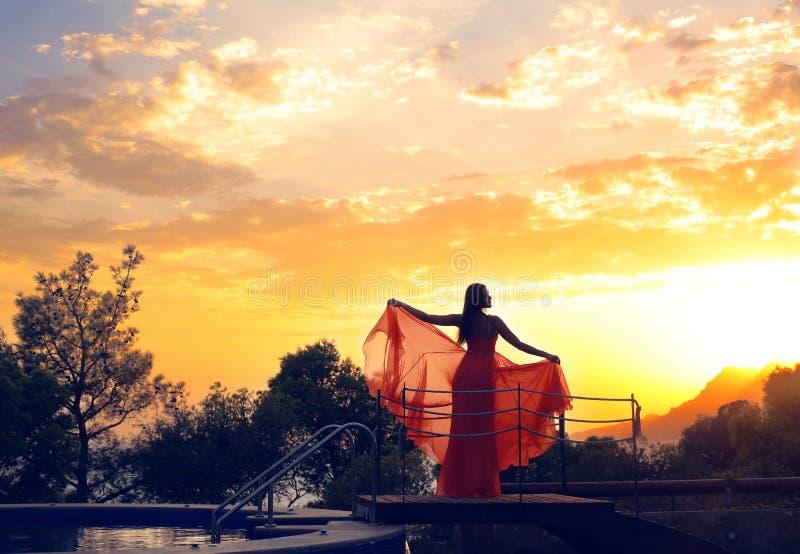 Foto fabulosa de la silueta de la mujer en fondo hermoso del cielo imágenes de archivo libres de regalías