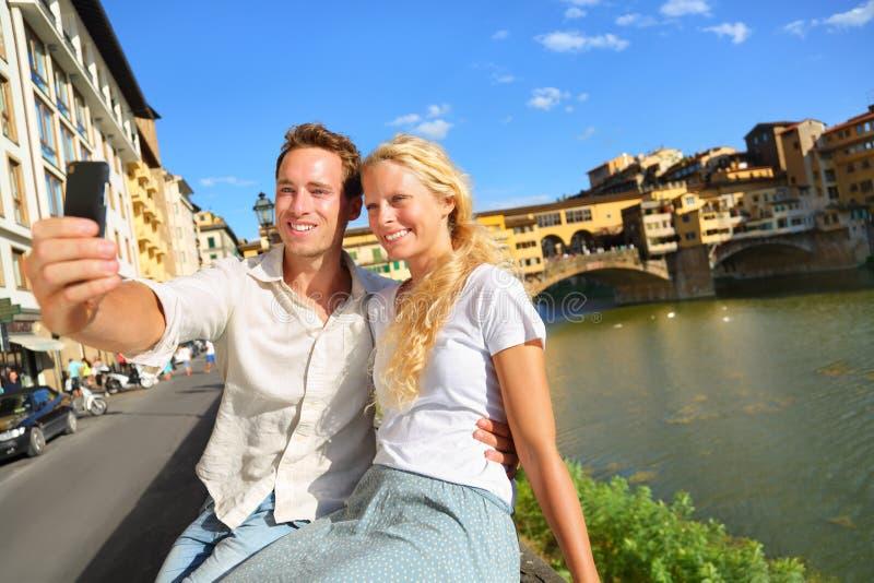 Foto felice del selfie delle coppie sul viaggio a Firenze immagini stock
