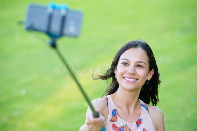 Foto felice del selfie dello smartphone della donna fotografia stock
