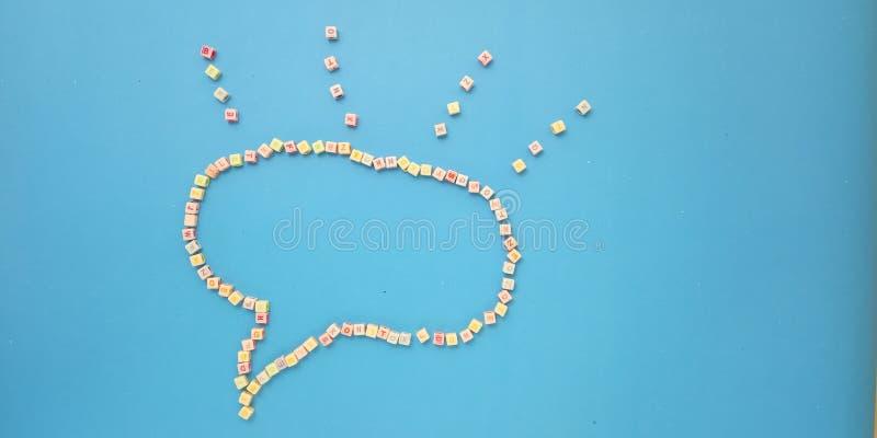 Foto-flache Lage, blauer Hintergrund und Alphabet-Plastikw?rfel-Perlen-Element-Entwurfs-und Blasen-Schw?tzchen f?r Mitteilung, Zi lizenzfreies stockbild