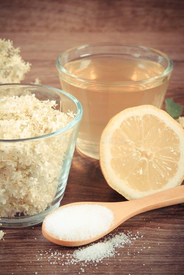 Foto, flores y jugo del vintage de la baya del saúco, ingredientes para preparar la bebida fotos de archivo