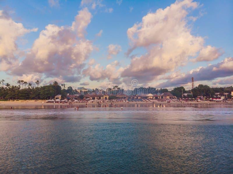 Foto från luften, från famouen för surrBalineseJimbaran strand arkivfoton
