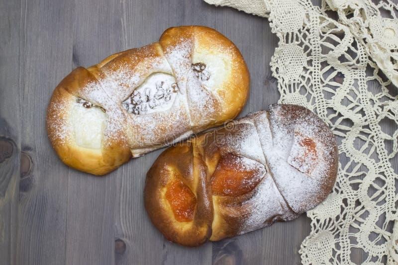 Foto från ovannämnt av ny bakelse för sött socker med keso, aprikosdriftstopp, pulver Handgjorda bullar snör åt på servetten Lant arkivfoto